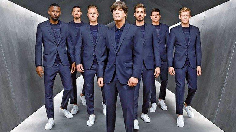 Jogi und die Jungs: Mal in teurem Tuch statt kurzen Hosen. Passt ganz gut… Foto: Hugo Boss