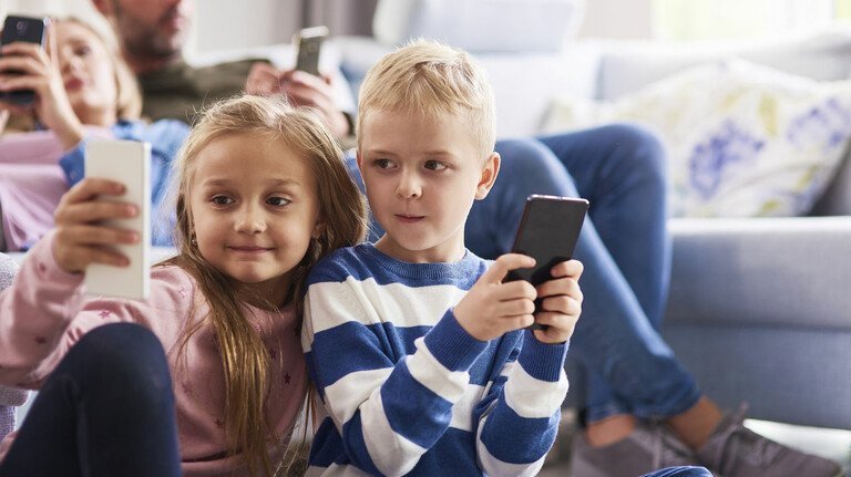 Spaß mit dem Smartphone: Für viele Eltern steht im Grundschulalter die Entscheidung über ein Handy für ihre Kinder an. Dabei sollte man einige Regeln beachten.
