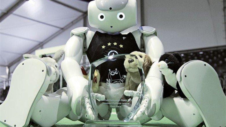 Siegertyp: Roboter mit Pokal und Plüschtier. Foto: Uni Bremen/Tsogias