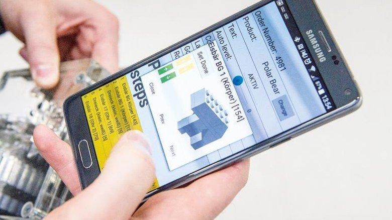 Anlagensteuerung per Smartphone: Ein Eisbär aus Lego entsteht in der digitalen Fabrik. Foto: Roth