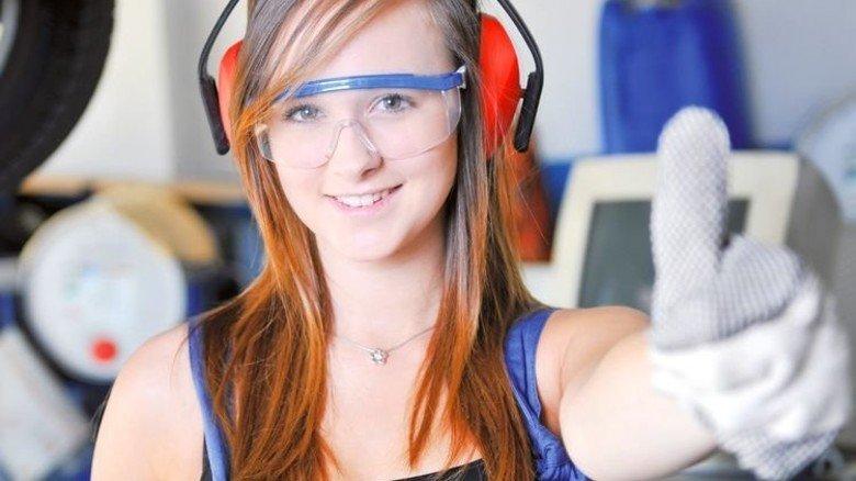 Daumen hoch: Die Zusammenarbeit zwischen Betrieben und Berufsschulen läuft gut. Foto: Fotolia