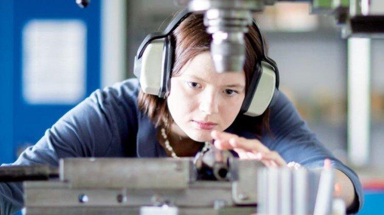 Frauen im Job: Viele nutzen die Möglichkeit, in Teilzeit zu arbeiten und sich um Kinder zu kümmern. Foto: Mauritius