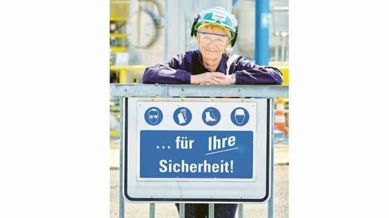 Hat viel Erfahrung: Seit 1974 arbeitet die Ingenieurin am Standort Leuna im Arbeitsschutz. Foto: Deutsch