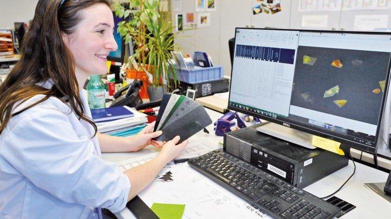 Am Schreibtisch: Alle Testergebnisse werden sorgfältig dokumentiert. Foto: Sigwart
