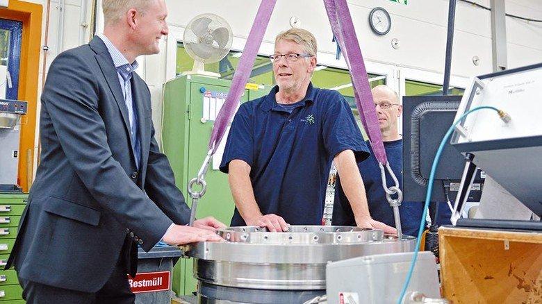 Im Gespräch: Nico Schmäling, Geschäftsführervon John Crane in Fulda, mit Edwin Diehl undHans-Kurt Becker (von links) an einer Rührwerksdichtung... Foto: Scheffler