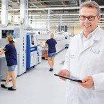 Im Betrieb: Gerd Ohl in seiner smarten Fabrik, in der Menschen Maschinen unterstützen. Foto: Scheffler
