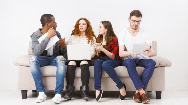 Vernetzt und cool: So sind die unter 25-Jährigen. Foto: Adobe Stock