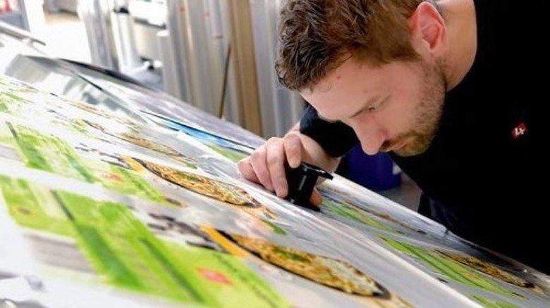 Kritischer Blick: Drucker Ralf Gruner prüft einen Andruck. Foto: Scheffler