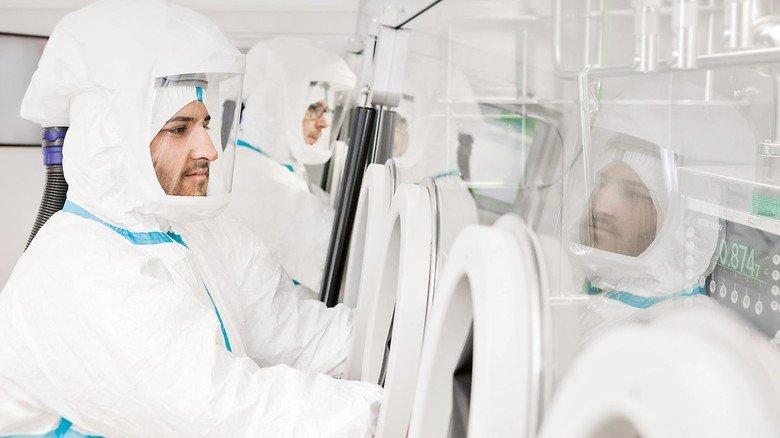 Perfekte Hygiene: Die Mitarbeiter der Pharmaproduktion von AbbVie ähneln in ihren Schutzanzügen beinahe Raumfahrern.