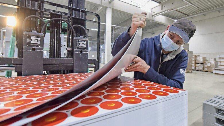 Zwischenprodukt: Nach dem Lackieren und Bedrucken werden die Bleche kontrolliert und zur Verschlussproduktion bereitgestellt.