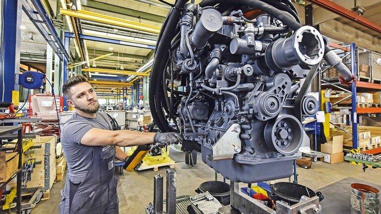 Kraftpaket: Kfz-Mechaniker Dean Pfeiffer bei der Montage eines Motors, der später eine große Baumaschine antreiben wird.