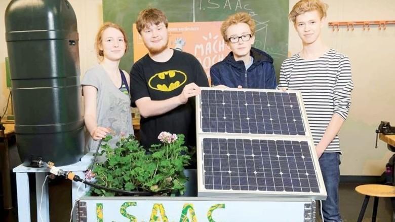 Stolz auf ihr automatisches Blumenbeet: Die jungen Forscher Liv Wachtel, Adrian Schoell, Louis Welc und Julian Menschel (von links). Foto: Schaarschmidt