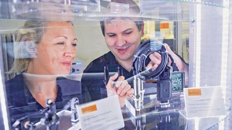 Sie lernen jetzt kräftig dazu: Cornelia Ketterl und Daniel Schauer werden Elektroniker für Betriebstechnik und sind fit für Industrie 4.0. Foto: Karmann