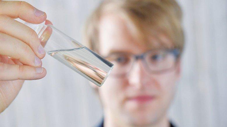 Das geniale Prinzip: Kotz vermischt Glaspulver mit flüssigem Kunststoff.