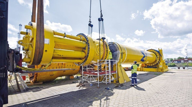 Gelber Riese: Eine Ramme von Menck wird zusammengebaut. Der Hydraulikkopf ist links im Bild zu sehen.