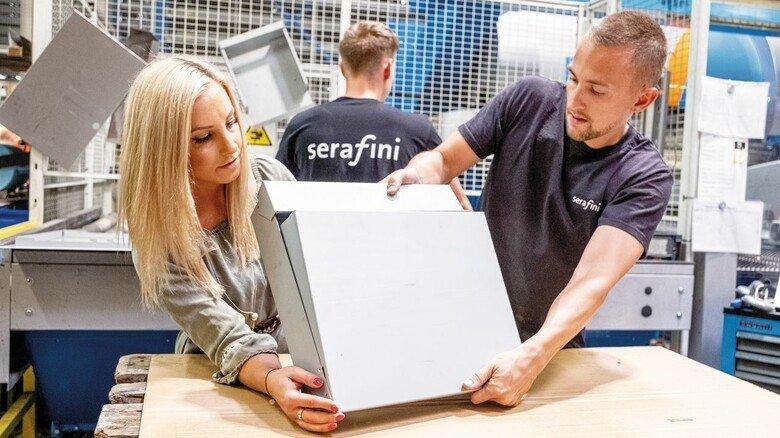 Wissen, worum es geht: Helen Glod und Ausbilder Tobias Rennebaum bauen bei Serafini einen Briefkasten zusammen – auch die Industriekaufleute sammeln in der Produktion ihre Erfahrungen.