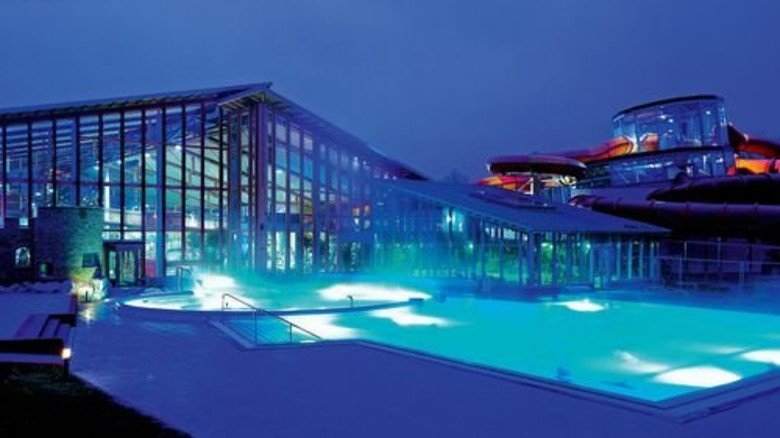 Stimmungsvoll: Abendliche Lichtspiele im Wonnemar Wismar. Foto: interSPA