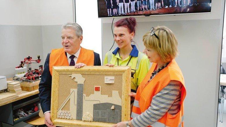 Abschiedsgeschenk: Die Azubis überreichten Gauck ein selbst gefertigtes Bild mit der Silhouette des Wismarer Werks. Foto: Werk