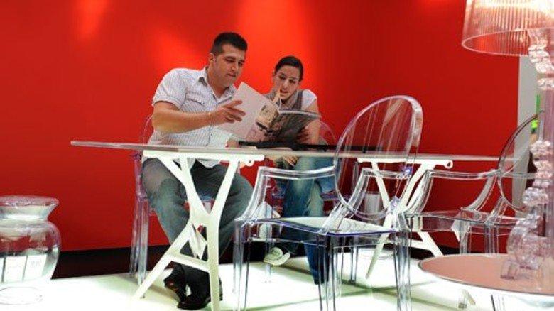 Hingucker: Durchsichtige Stühle in einem Geschäft der italienischen Möbelfirma Kartell. Foto: Roth