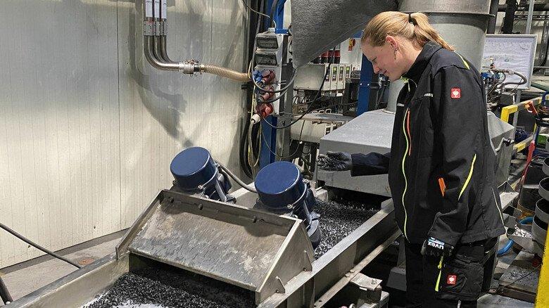 Kreislauf: Aus dem Ausschuss entsteht Granulat, das in die Produktion zurückgeführt wird.