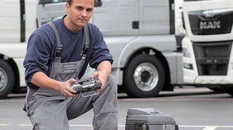 """""""Alles wie beim großen Lkw"""": Christoph Schlender bei der Ausfahrt auf dem Parkplatz. Foto: Gossmann"""