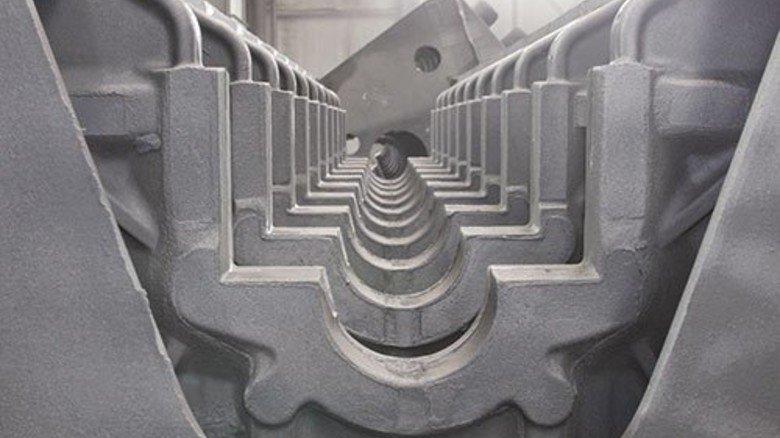 … Das Kurbelgehäuse eines 20-Zylindermotors, das einige Tage zuvor gegossen wurde. Foto: Mischke
