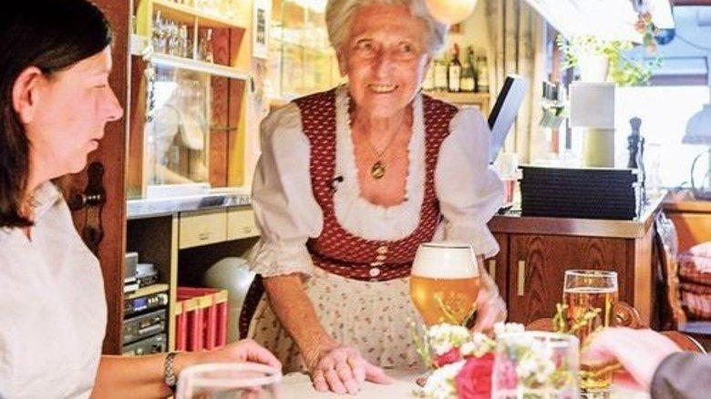 """""""Schmeckt's?"""": Auf Tratsch mit den Gästen will Kathi Kink nicht verzichten. Foto: Roth"""
