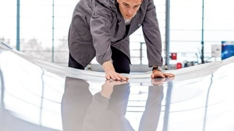 Unsichtbar: Wie eine zweite Haut schmiegt sich die Folie an ein Rotorblatt für Windräder. Foto: Werk
