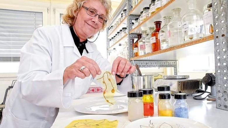 Im Labor: Birgit Grebe testet ein Abziehbild. Was hier gelb erscheint, verbrennt dann komplett. Foto: Sandro