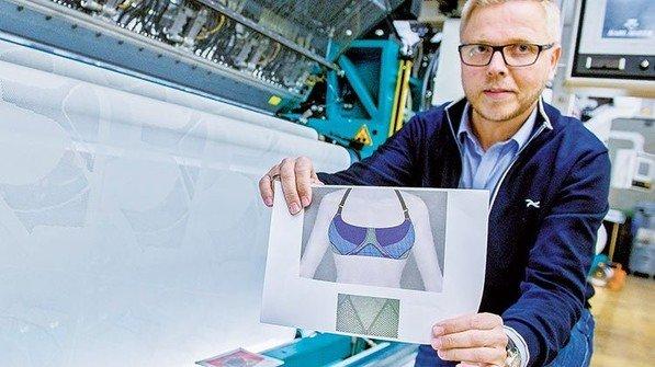 Hightech-Masche: Penn-Betriebsleiter Franz Schütte an einer Wirkmaschine. Auf ihr entsteht der Stoff für einen Sport-BH. Foto: Straßmeier