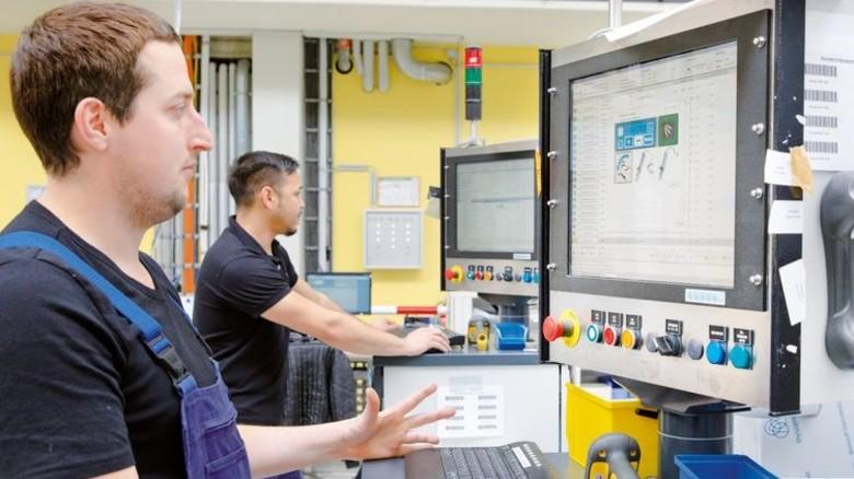 """""""Wir bekommen jetzt WLAN in unseren Produkten"""": Michael Ammann (vorne) findet den digitalen Wandel gut. Foto: Eppler"""