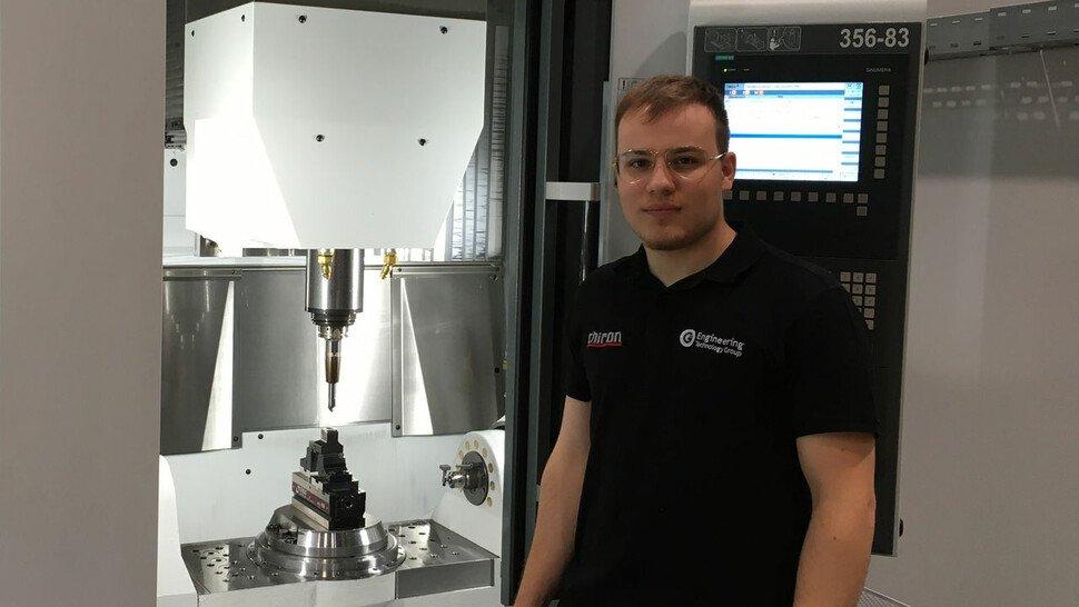 Chris Pinna (21), Auszubildender zum Zerspannungsmechaniker bei Chiron in Tuttlingen, einem führenden Hersteller von CNC-Werkzeugmaschinen.
