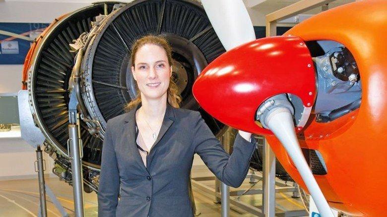 Technik begreifen: Michaela Völkl erkundet Ausstellungsstücke im MTU-Museum. Foto: Bodmer