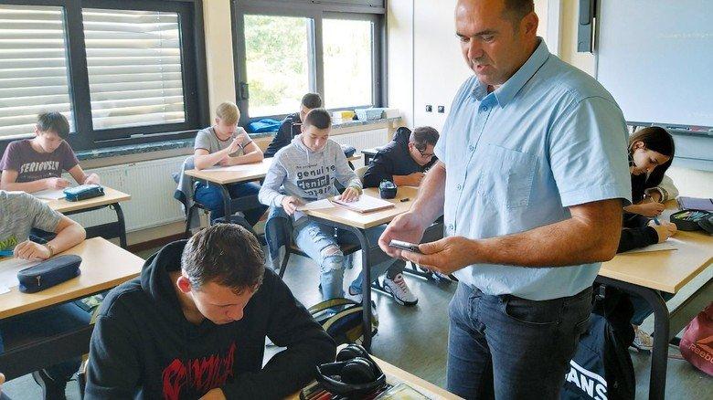 Praxisnah: Zaim Krpic, Ausbildungsleiter bei Frauenthal Automotive, wird auch im neuen Schuljahr wieder am KBOP unterrichten – dann mit mehr Abstand.