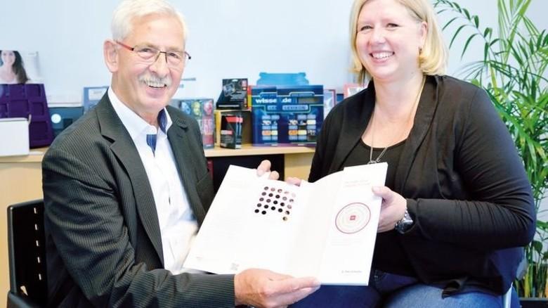 Tüftler und Tochter: Firmenchef Udo Reis und Nicole Reis-Mertens mit einer Präsentationsmappe. Foto: Scheffler