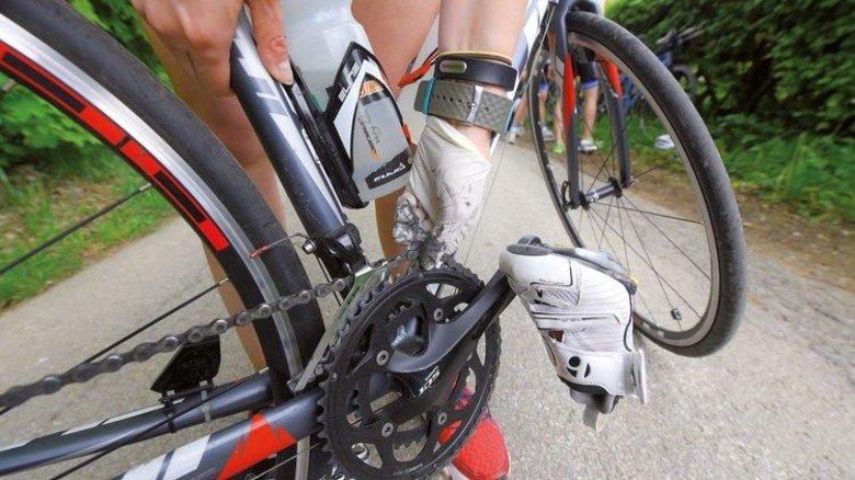 Selbst ist die Frau: Einen Handschuh und Werkzeug hat Caroline Lippe immer dabei. Foto: Augustin