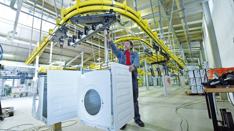 Alter Hase: Bernhard Tegeler ist seit 37 Jahren im Betrieb. Hier überprüft er eine Aufhängung im werkeigenen Technikum, das 2008 eingeweiht wurde.