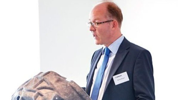 Dämmtechnik: Werner Borgers mit einer textilen Radschale. Foto: ZiTex