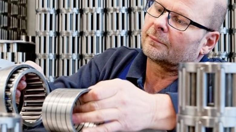 Lauter runde Sachen: Michael Hörster bei der Endmontage der Lager. Foto: Moll