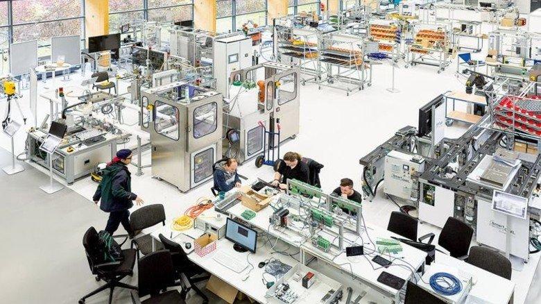 Hell und topmodern: Die Versuchshalle ist gespickt mit Funksystemen, Kameras, Sensoren und Flachbildschirmen. Foto: Roth