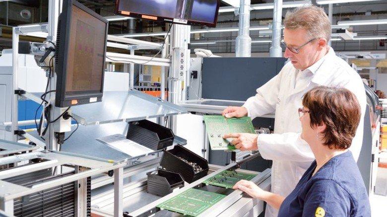 Im Gespräch: Waltraud Fachinger und Gerd Ohl an einer Maschine für selektives Löten. Foto: Scheffler