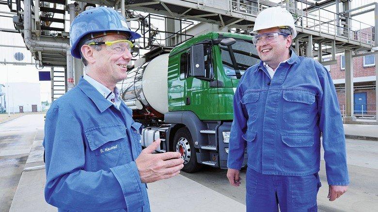 Plausch unter Fachleuten: Werkleiter Stefan Kauerauf (links) im Gespräch mit Brummi-Fahrer Jens Wätzel, der mit dem Tanklaster Natronlauge lädt.