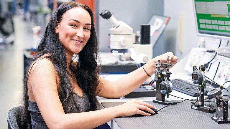 Ausbildung: Die angehende Industriekauffrau Eleonora Tschernyschew lernt auch technisches Wissen.