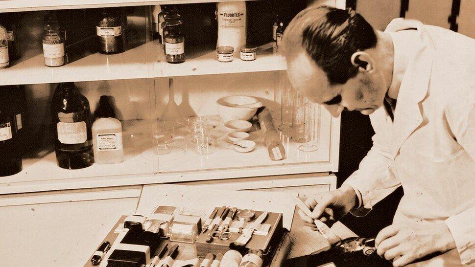 Pinsel und Ledertasche: Equipment zur Fingerspurensicherung um 1960.