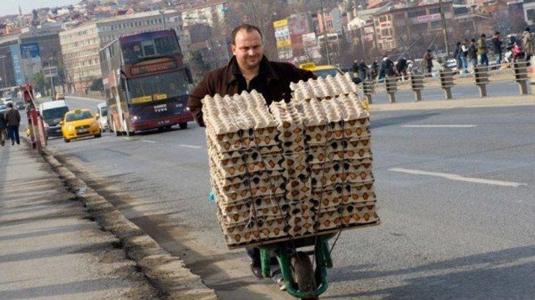 Eiermann: Straßenhändler, voll bepackt.