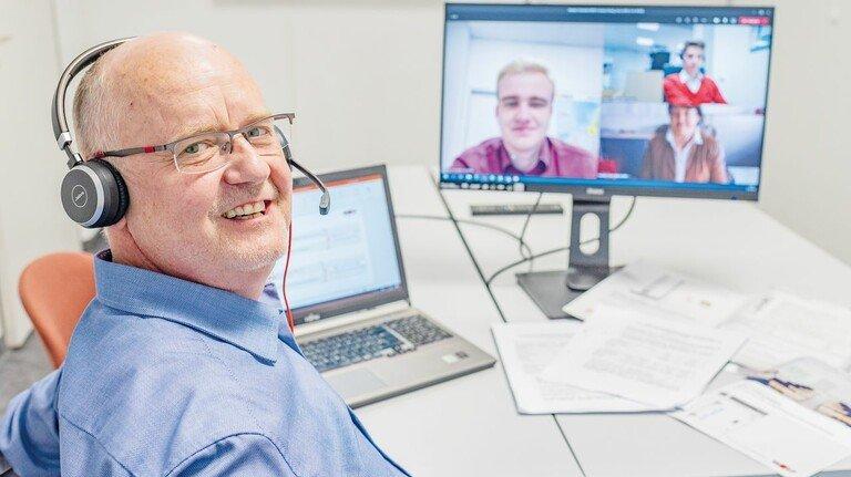 Zeitgemäß: Seit Monaten verbringen Seminarleiter Georg Ziegltrum und seine Kollegen während Besprechungen, Konferenzen und Schulungen viel Zeit vor dem Computer.