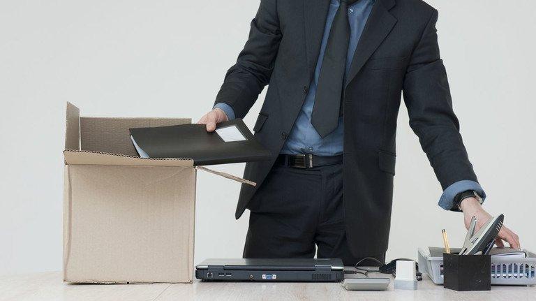Freiwillig den Schreibtisch räumen: Bei einer Eigenkündigung gibt  es wichtge Dinge zu beachten.