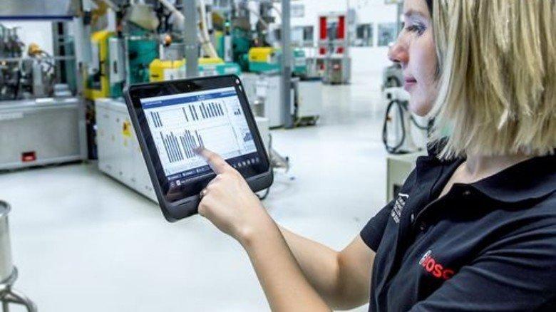 Steuern mit dem Tablet: Künftige Fachkräfte müssen damit umgehen können. Foto: dpa