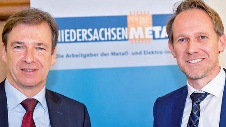 Vertreter der Arbeitgeber: Hauptgeschäftsführer Dr. Volker Schmidt (links) und Verhandlungsführer Torsten Muscharski. Foto: Joos