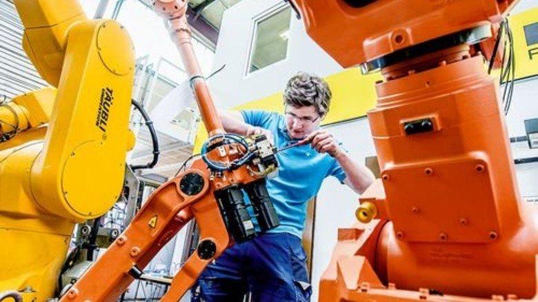Roboter-Umrüstung: Mechatroniker Thomas Lechner richtet die Greifer so ein, dass sie beim Kunden die Teile richtig packen. Foto: Roth